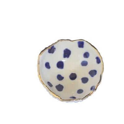Lille smykkeskål med blå prikker 1